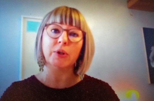 Tietokoneen ruudulla kuva sosiaali- ja terveysministeri Aino-Kaisa Pekosesta
