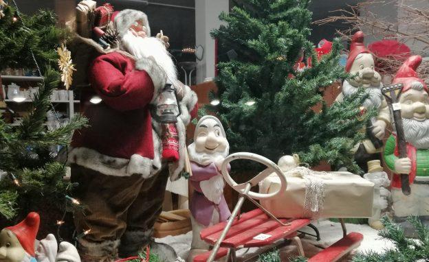 Näyteikkunassa joulutonttuja ja joulukoristeita