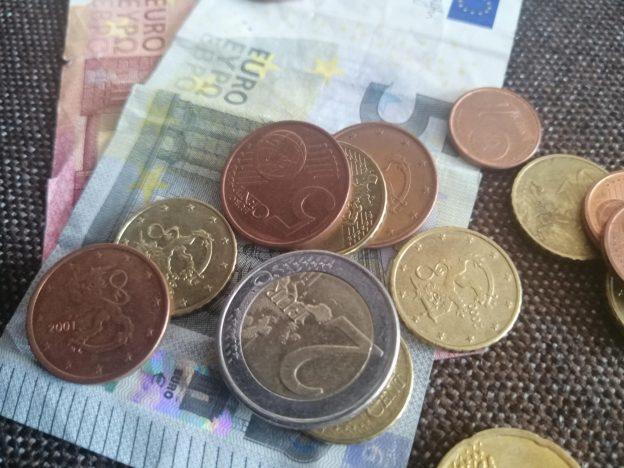 5 euron seteli ja kolikoita