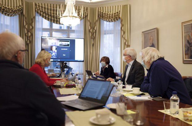 Suomalaisen Tiedeakatemian Covid-19 asiantuntijaryhmän jäseniää neuvotteluhuoneessa maskit kasvoilla