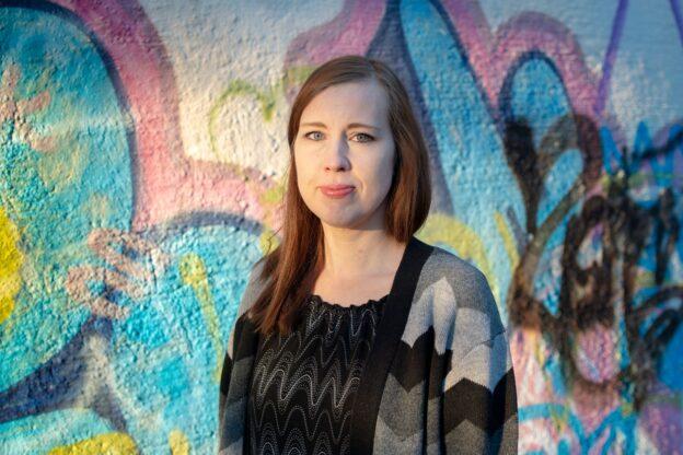 Eeva-Mari Grekula graffitin edessä